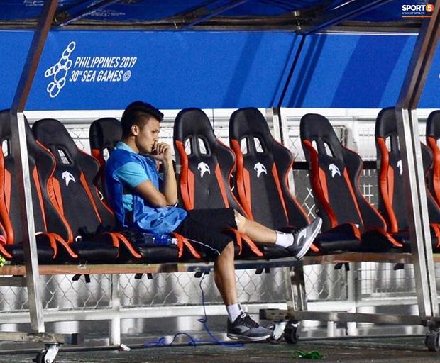 Quang Hải buồn bã, hướng ánh mắt tiếc nuối về phía các đồng đội sau khi bất đắc dĩ rời sân vì chấn thương-5