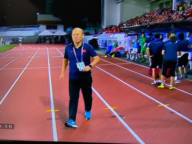 Thầy Park bước qua bắt tay HLV U22 Singapore: Khoảnh khắc được chia sẻ nhiều nhất MXH-2