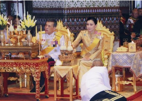 Tiết lộ khoảnh khắc bất thường của Hoàng quý phi Thái Lan trước khi bị phế truất, chứng tỏ việc tranh sủng với Hoàng hậu là có thật-1