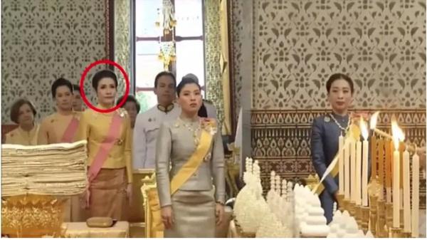 Tiết lộ khoảnh khắc bất thường của Hoàng quý phi Thái Lan trước khi bị phế truất, chứng tỏ việc tranh sủng với Hoàng hậu là có thật-2
