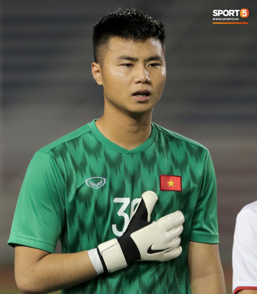 Thủ môn U22 Việt Nam bĩu môi sau pha bắt bóng lập bập, hai lần khiến CĐV thót tim trong trận thắng Singapore-1