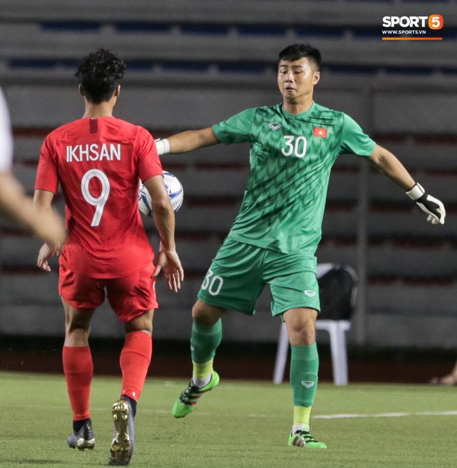 Thủ môn U22 Việt Nam bĩu môi sau pha bắt bóng lập bập, hai lần khiến CĐV thót tim trong trận thắng Singapore-3