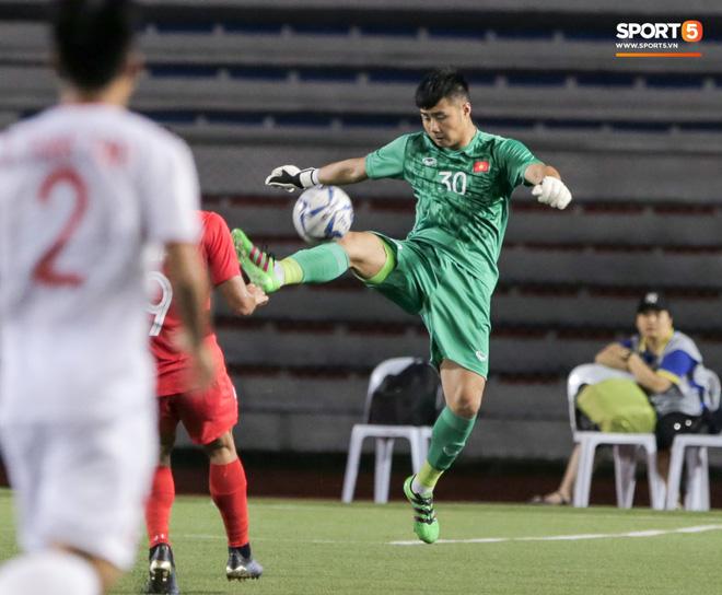 Thủ môn U22 Việt Nam bĩu môi sau pha bắt bóng lập bập, hai lần khiến CĐV thót tim trong trận thắng Singapore-4
