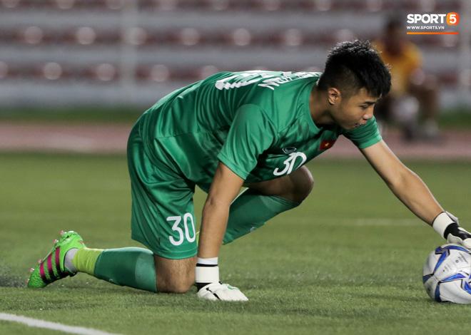 Thủ môn U22 Việt Nam bĩu môi sau pha bắt bóng lập bập, hai lần khiến CĐV thót tim trong trận thắng Singapore-5