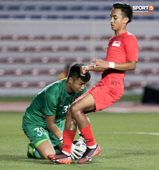 Thủ môn U22 Việt Nam bĩu môi sau pha bắt bóng lập bập, hai lần khiến CĐV thót tim trong trận thắng Singapore-6