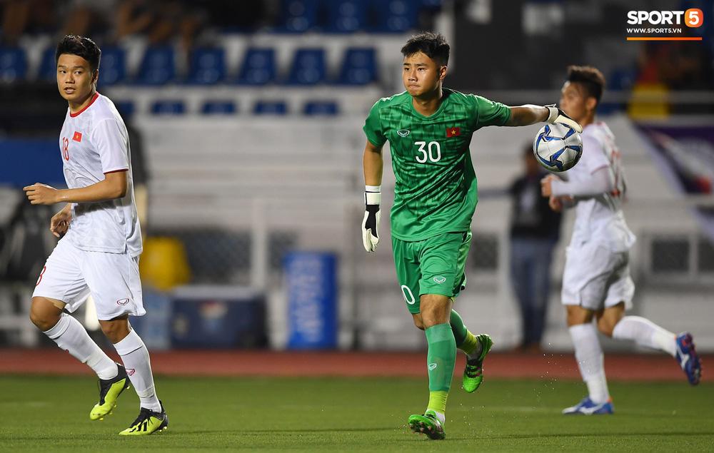 Thủ môn U22 Việt Nam bĩu môi sau pha bắt bóng lập bập, hai lần khiến CĐV thót tim trong trận thắng Singapore-9