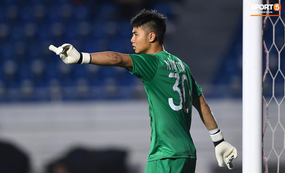Thủ môn U22 Việt Nam bĩu môi sau pha bắt bóng lập bập, hai lần khiến CĐV thót tim trong trận thắng Singapore-10