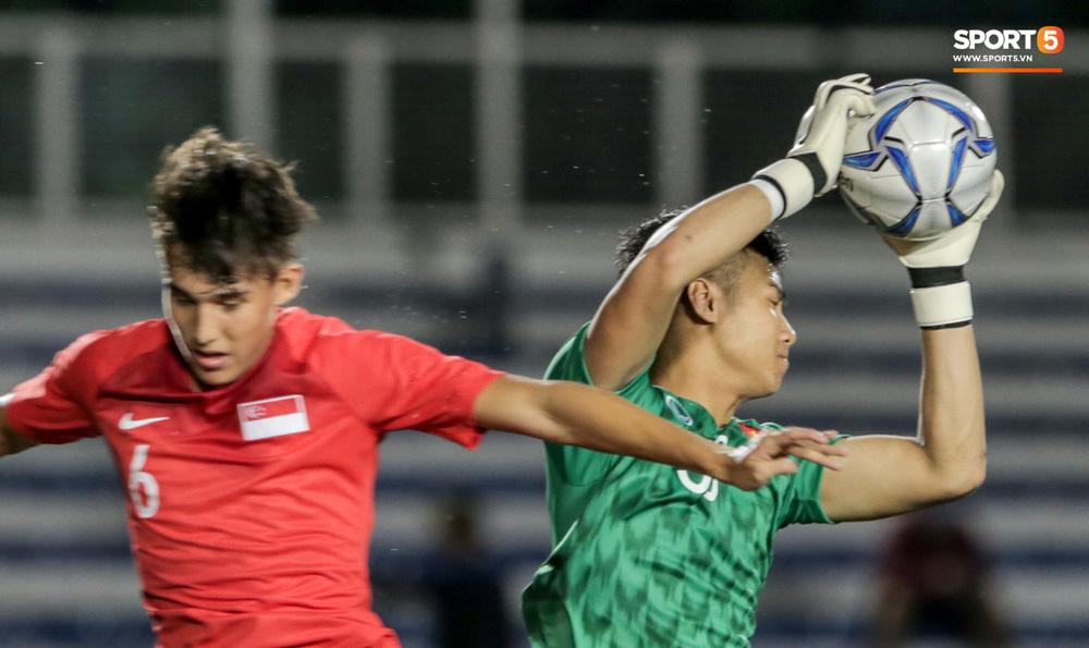 Thủ môn U22 Việt Nam bĩu môi sau pha bắt bóng lập bập, hai lần khiến CĐV thót tim trong trận thắng Singapore-11