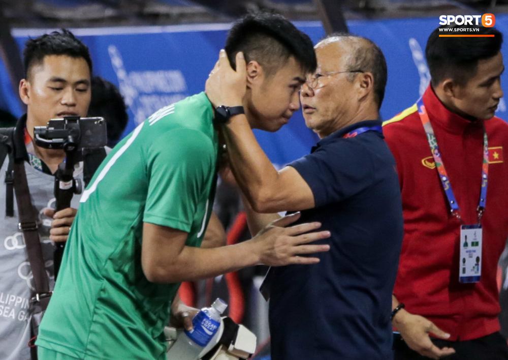 Thủ môn U22 Việt Nam bĩu môi sau pha bắt bóng lập bập, hai lần khiến CĐV thót tim trong trận thắng Singapore-12