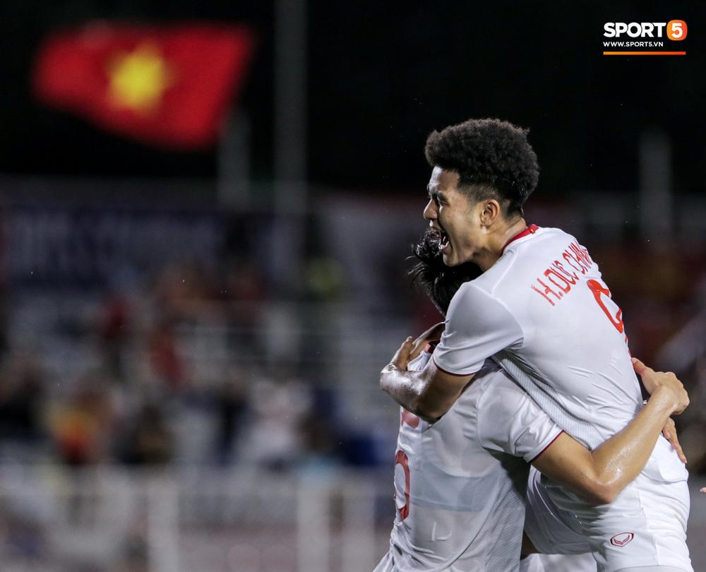 Thủ môn U22 Việt Nam bĩu môi sau pha bắt bóng lập bập, hai lần khiến CĐV thót tim trong trận thắng Singapore-13
