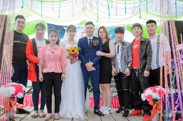 Sự thật phía sau bức ảnh cô gái vô tư hôn chú rể trong ngày cưới, cô dâu mặt lạnh tanh đứng kế bên-2