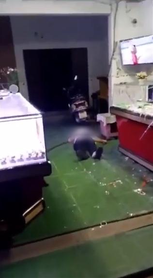 Vụ 2 vợ chồng già trông tiệm vàng bị cướp tấn công khi đang xem bóng đá, cụ ông bị đâm gục tại chỗ: Đã bắt được nghi phạm gây án-3