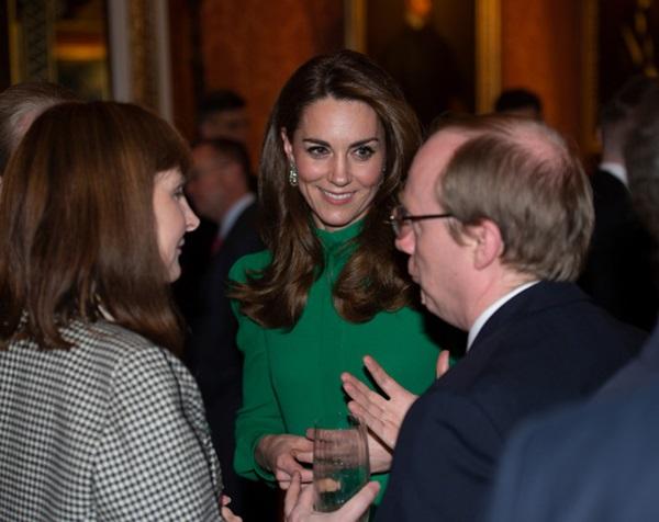 """Diện váy 30 triệu đồng, Công nương Kate cân"""" cả Hoàng gia Anh, đọ sắc với Đệ nhất phu nhân Mỹ-6"""