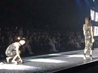 Chị em sinh đôi song hành catwalk: Thúy Hạnh ngã sấp mặt rồi cuống cuồng ôm giày, Thúy Hằng điềm nhiên bước tiếp