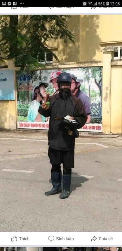 Hà Nội xuất hiện đối tượng mặc đồ đen cầm tiền lẻ và đồ chơi đứng trước cổng trường nghi dụ dỗ trẻ em, phụ huynh hết sức cảnh giác-2