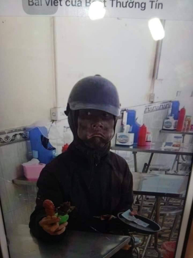Hà Nội xuất hiện đối tượng mặc đồ đen cầm tiền lẻ và đồ chơi đứng trước cổng trường nghi dụ dỗ trẻ em, phụ huynh hết sức cảnh giác-4