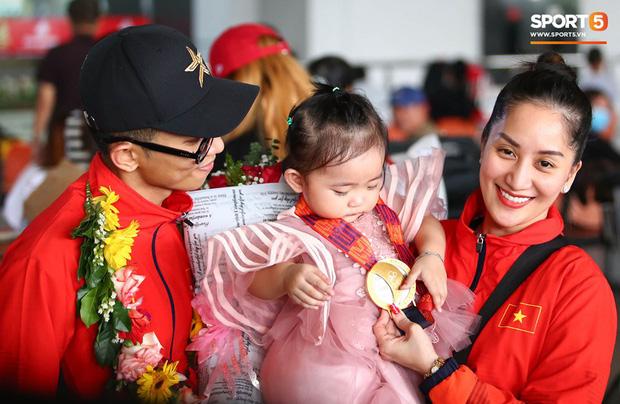 Sau khoảnh khắc hạnh phúc ôm lấy nhau khóc nức nở tại Philippines, vợ chồng Phan Hiển - Khánh Thi đã trở về Việt Nam, ân cần yêu thương cô con gái xinh xắn-2