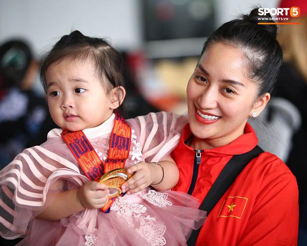 Sau khoảnh khắc hạnh phúc ôm lấy nhau khóc nức nở tại Philippines, vợ chồng Phan Hiển - Khánh Thi đã trở về Việt Nam, ân cần yêu thương cô con gái xinh xắn-3