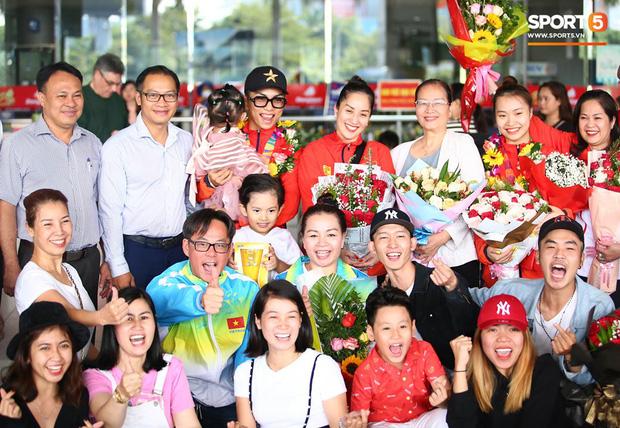 Sau khoảnh khắc hạnh phúc ôm lấy nhau khóc nức nở tại Philippines, vợ chồng Phan Hiển - Khánh Thi đã trở về Việt Nam, ân cần yêu thương cô con gái xinh xắn-5