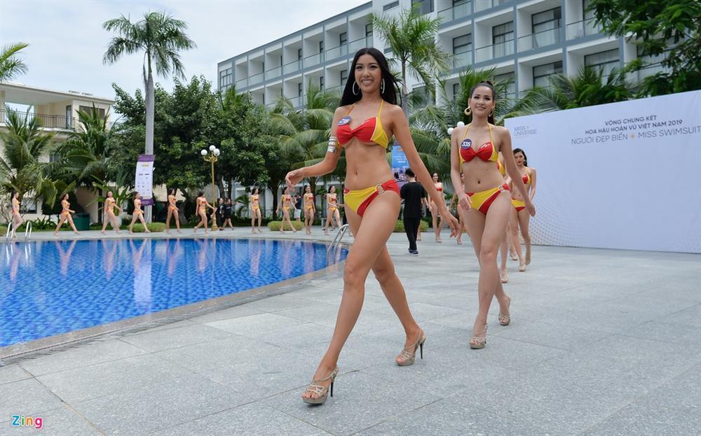 Thúy Vân tự tin diễn bikini sau sự cố lộ vòng một-1