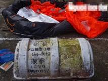 Phát hoảng khi chiếc phao bung ra từ vật lạ có chữ Trung Quốc dạt vào bờ biển