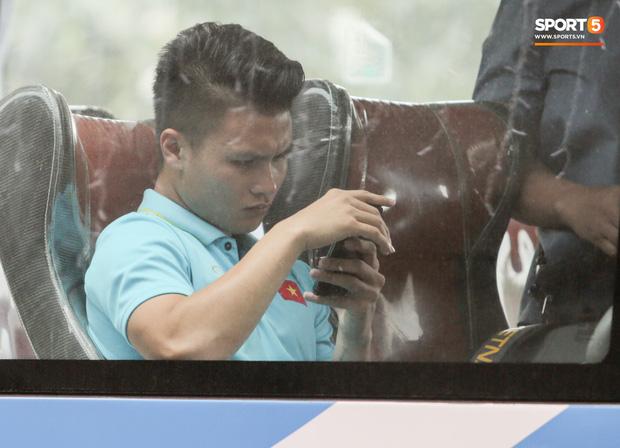 Quang Hải rách cơ vẫn xin xuống sân cổ vũ các đồng đội đấu U22 Thái Lan-1