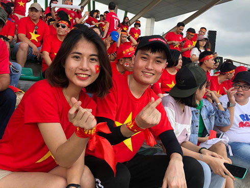 Fan Việt nhuộm đỏ SVĐ Binan, dự đoán chiến thắng áp đảo cho đội nhà