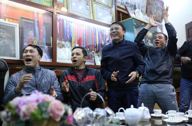 Phút trầm ngâm, lo lắng của các bậc sinh thành khi Quang Hải bị chấn thương-7