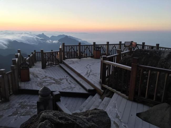 Băng tuyết đầu mùa phủ trắng đỉnh Fansipan, dự báo một mùa tuyết rơi đẹp đến ngỡ ngàng-8