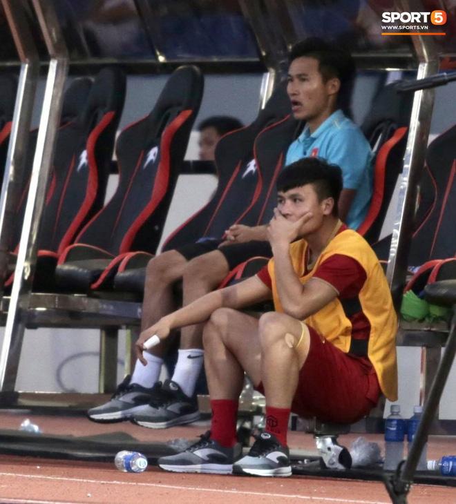 Quang Hải cắn răng, đứng ngồi không yên trước khi vỡ òa với cú sút penalty của Tiến Linh-3