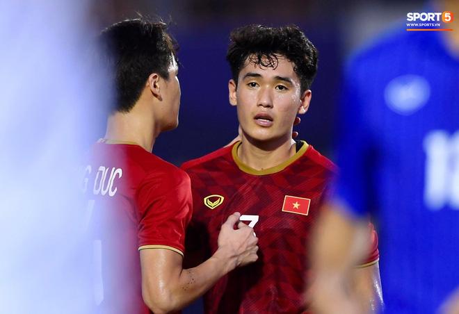 Quang Hải cắn răng, đứng ngồi không yên trước khi vỡ òa với cú sút penalty của Tiến Linh-6