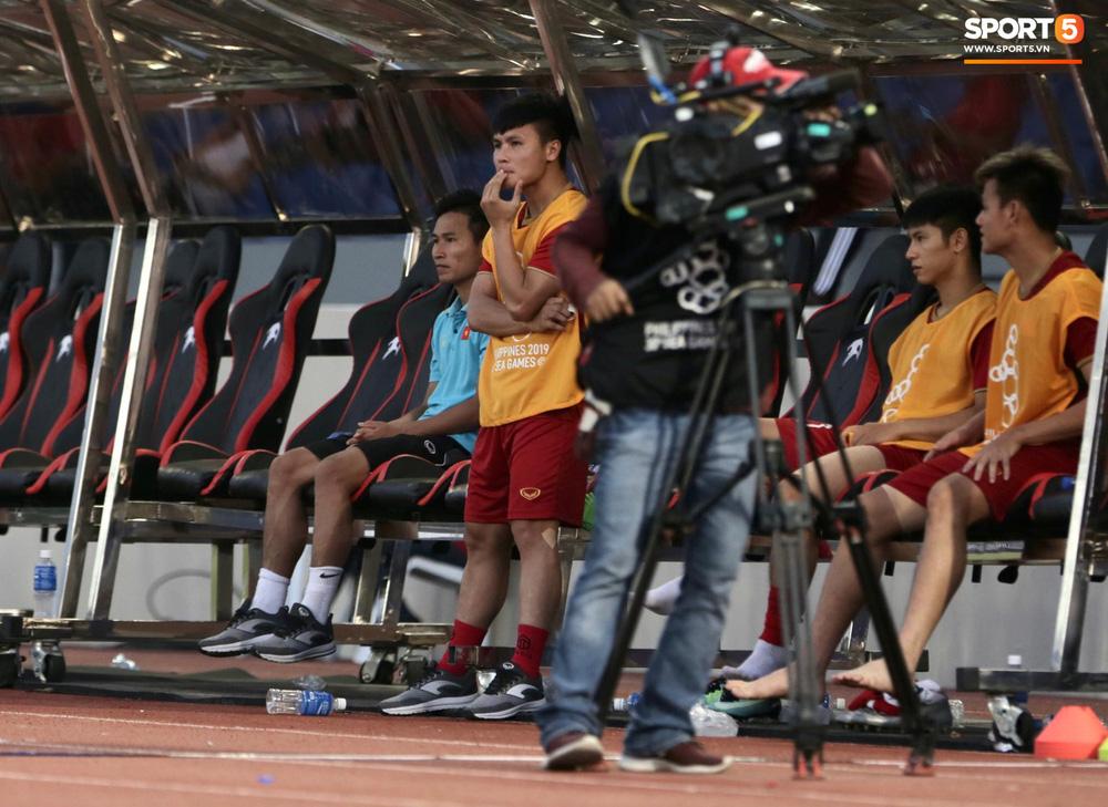 Quang Hải cắn răng, đứng ngồi không yên trước khi vỡ òa với cú sút penalty của Tiến Linh-7