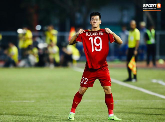 Quang Hải cắn răng, đứng ngồi không yên trước khi vỡ òa với cú sút penalty của Tiến Linh-11