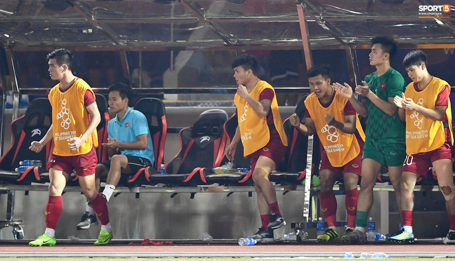 Quang Hải cắn răng, đứng ngồi không yên trước khi vỡ òa với cú sút penalty của Tiến Linh-10
