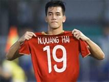 Khoảnh khắc nức lòng người hâm mộ: Tiến Linh giơ cao chiếc áo của Quang Hải lên ăn mừng sau khi ghi bàn vào lưới Thái Lan