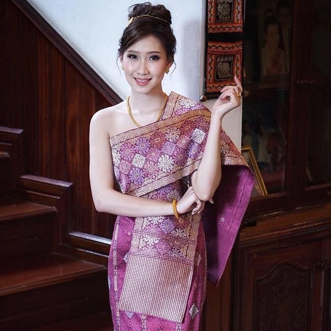 4 cô gái Lào hot ở Việt Nam mặc đồ truyền thống lẫn hiện đại đều thu hút-17