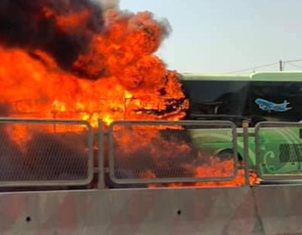 Xe giường nằm cháy dữ dội khi đang chạy, Quốc lộ 1A ách tắc nhiều giờ-5