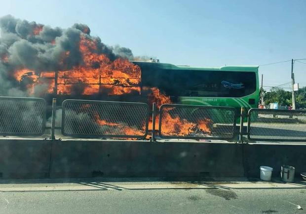 Xe giường nằm cháy dữ dội khi đang chạy, Quốc lộ 1A ách tắc nhiều giờ-4