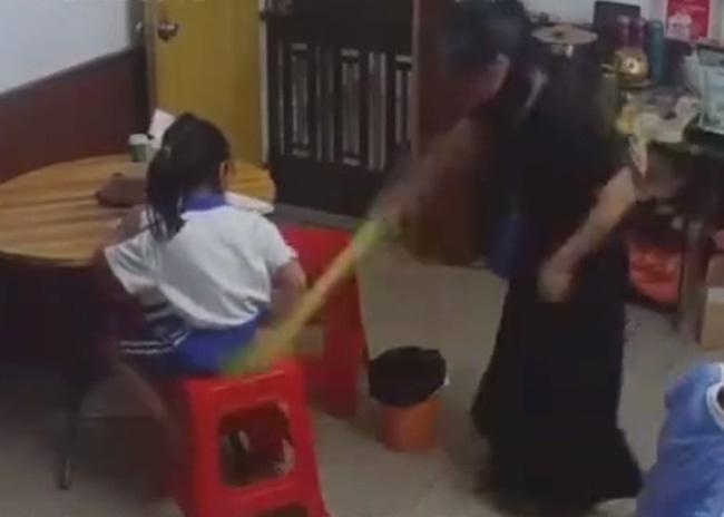 Con không làm được bài tập về nhà bị mẹ đánh ngã dúi dụi rồi giật tóc, nhưng phản ứng của bé mới khiến ai nấy xót xa-3