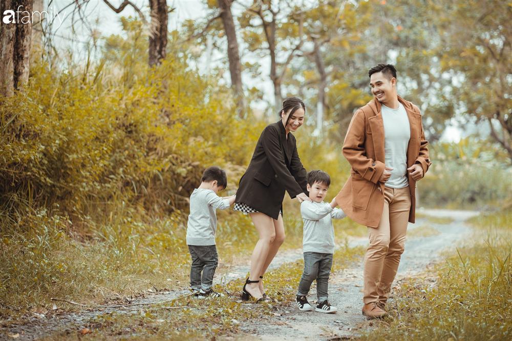 Gia đình Quỳnh Trâm - Baggio khoe bộ ảnh Sài Gòn se lạnh đẹp đến nao lòng, biểu cảm cực đáng yêu của 2 bé sinh đôi khiến ai cũng thích thú-6