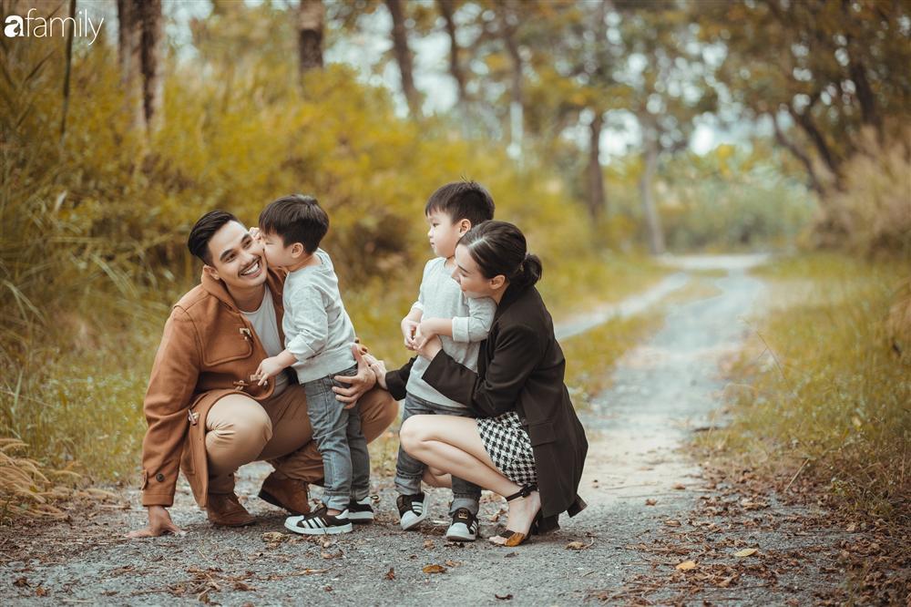 Gia đình Quỳnh Trâm - Baggio khoe bộ ảnh Sài Gòn se lạnh đẹp đến nao lòng, biểu cảm cực đáng yêu của 2 bé sinh đôi khiến ai cũng thích thú-10