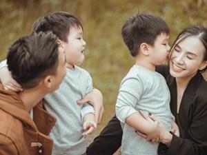 Gia đình Quỳnh Trâm - Baggio khoe bộ ảnh Sài Gòn se lạnh đẹp đến nao lòng, biểu cảm cực đáng yêu của 2 bé sinh đôi khiến ai cũng thích thú