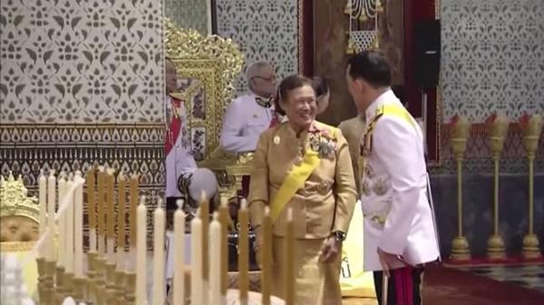 Vắng bóng Hoàng quý phi, Hoàng hậu xuất hiện rạng rỡ, vui vẻ bên nhà vua nhưng gây thắc mắc với tư thế ngồi kỳ lạ-7