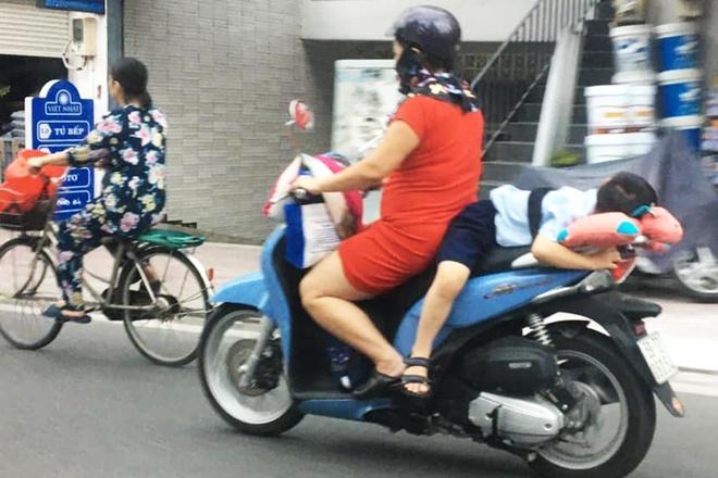 Người phụ nữ buộc đứa trẻ sau xe máy ở TP.HCM-1