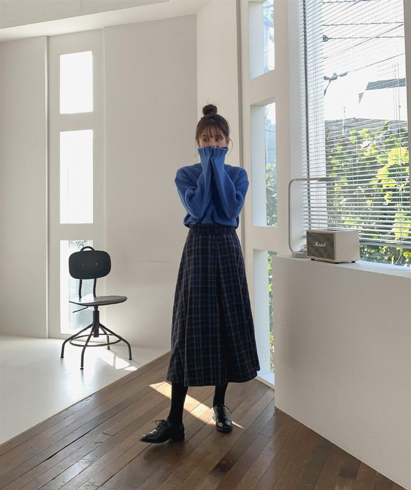 """Rất khó để chị em ngó lơ"""" 4 công thức diện áo len + chân váy xinh xắn quá mức quy định này-12"""