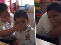 Lau nước mắt cho nhau trong lớp học, 2 cậu bé nhận bão like từ dân mạng, câu chuyện đằng sau khiến ai cũng sụt sùi cảm động