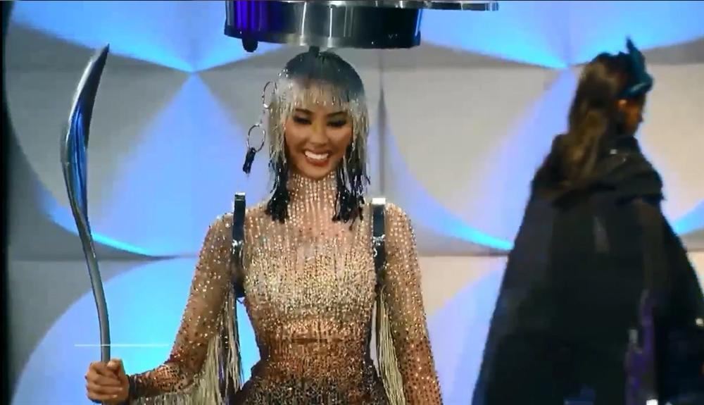 Hoàng Thùy chính thức trình diễn trang phục dân tộc Cafe phin sữa đá tại Miss Universe 2019-1