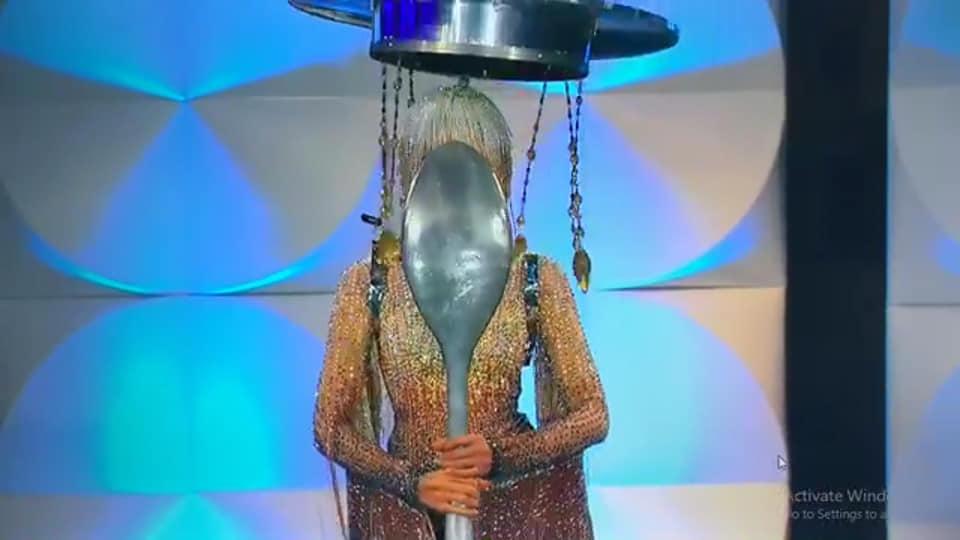 Hoàng Thùy chính thức trình diễn trang phục dân tộc Cafe phin sữa đá tại Miss Universe 2019-3