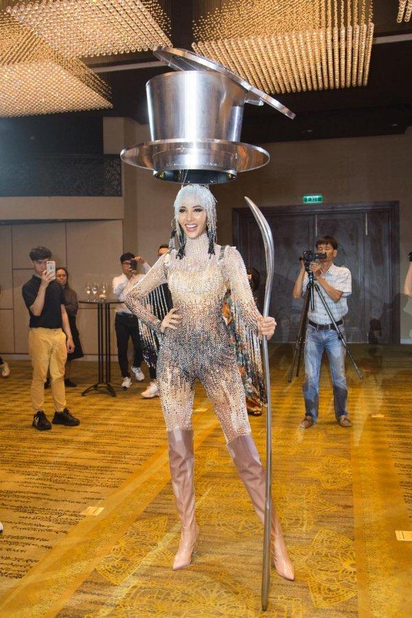 Hoàng Thùy chính thức trình diễn trang phục dân tộc Cafe phin sữa đá tại Miss Universe 2019-5