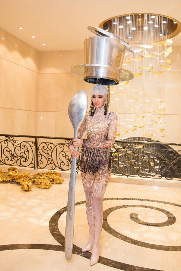 Hoàng Thùy chính thức trình diễn trang phục dân tộc Cafe phin sữa đá tại Miss Universe 2019-7